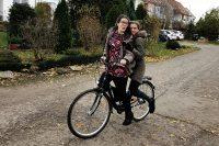 zu zweit auf einem Fahrrad unterwegs