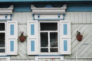 verziertes Fenster eines russischen Holzhauses