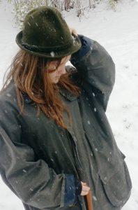mit Hut im Schnee