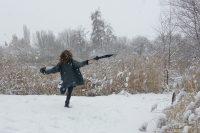 im Schnee mit Hut und Schirm